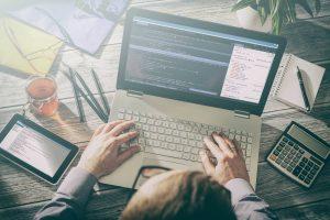 front-end e back-end: pessoa usando computador