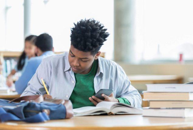 economia ou administração: homem fazendo anotações no caderno