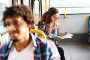 redação do enem 2019: menina estudando no ônibus