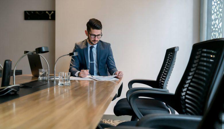profissões do futuro; advogado em escrtório