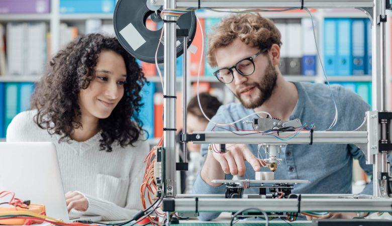 iniciação científica: casal de amigos em laboratório de tecnologia