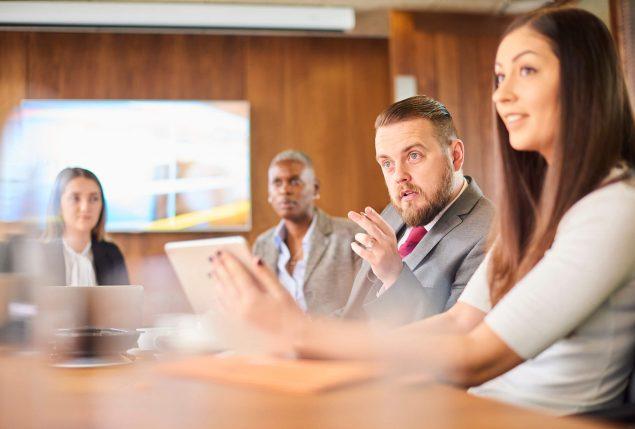 séries sobre direito: advogados em sala de reunião ampla conversando