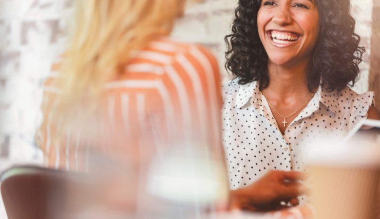 Desenvolvimento de carreira: jovem mulher sorrindo