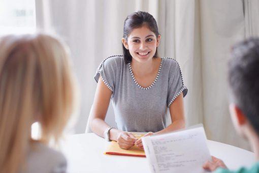como fazer um currículo para primeiro emprego: jovem mulher em entrevista de emprego